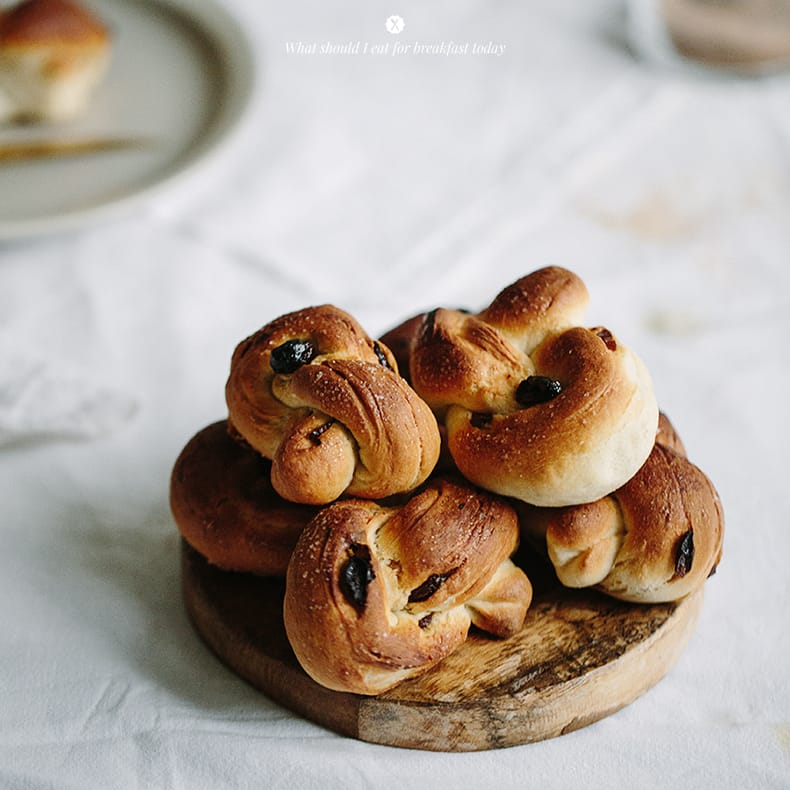 Cinnamon and raisins knots  / Marta Greber